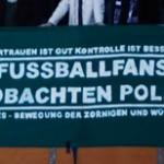 Fussballfans beobachten Polizei